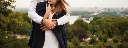Ο άνδρας αγκαλιάζει τη γυναίκα του στο λόφο Στοκ φωτογραφία με δικαίωμα ελεύθερης χρήσης
