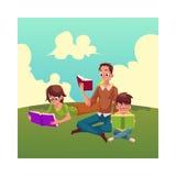 Ο άνδρας, γυναίκα, ανάγνωση αγοριών κρατά το κάθισμα και να βρεθεί στη χλόη Στοκ Εικόνες
