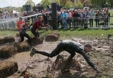Ο άνδρας είναι περίπου να πέσει και η ομάδα τρεξίματος γυναικών Στοκ Φωτογραφία