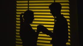 Ο άνδρας κάνει ένα δώρο σε μια γυναίκα και παίρνει ένα φιλί σκιαγραφία κίνηση αργή κλείστε επάνω απόθεμα βίντεο