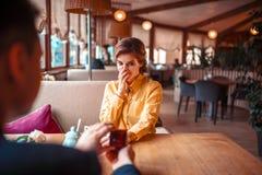 Ο άνδρας κάνει την πρόταση γάμου στην όμορφη γυναίκα Στοκ Εικόνες