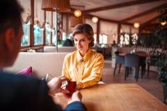 Ο άνδρας κάνει την πρόταση γάμου στην όμορφη γυναίκα Στοκ εικόνα με δικαίωμα ελεύθερης χρήσης