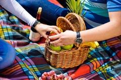 Ο άνδρας και η γυναίκα άρπαξαν για ένα μήλο σε ένα πικ-νίκ Στοκ εικόνες με δικαίωμα ελεύθερης χρήσης