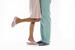 Ο άνδρας και η γυναίκα έντυσαν στην πυτζάμα Στοκ Φωτογραφία