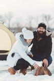 Ο άνδρας και η γυναίκα ανάβουν την πυρκαγιά Στοκ Εικόνες