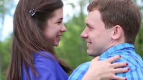 Ο άνδρας και η γυναίκα εξετάζουν ο ένας τον άλλον και το γέλιο φιλμ μικρού μήκους