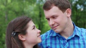 Ο άνδρας και η γυναίκα εξετάζουν ο ένας τον άλλον και το φιλί φιλμ μικρού μήκους