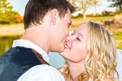 Ο άνδρας και η γυναίκα παντρεύτηκαν ακριβώς Στοκ Φωτογραφία