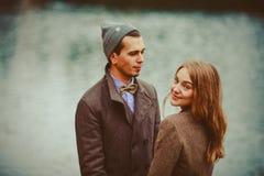 Ο άνδρας και η γυναίκα που αγκαλιάζουν κοντά στη λίμνη στοκ εικόνες με δικαίωμα ελεύθερης χρήσης