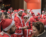 Ο άνδρας και η γυναίκα στο πρώτο πλάνο έντυσαν ως Άγιος Βασίλης Στοκ εικόνα με δικαίωμα ελεύθερης χρήσης