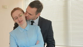 Ο άνδρας και η γυναίκα δύο businesspeople στέκονται και χαμογελούν, εξετάζοντας τη κάμερα με τη δήλωση στην αρχή στο υπόβαθρο απόθεμα βίντεο