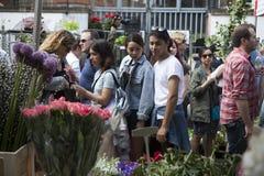 Ο άνδρας και η γυναίκα Hipster έντυσαν στο δροσερό bying λουλούδι ύφους Londoner στην αγορά λουλουδιών της Κολούμπια Στοκ φωτογραφία με δικαίωμα ελεύθερης χρήσης