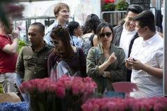 Ο άνδρας και η γυναίκα Hipster έντυσαν στο δροσερό bying λουλούδι ύφους Londoner στην αγορά λουλουδιών της Κολούμπια Στοκ φωτογραφίες με δικαίωμα ελεύθερης χρήσης