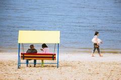 Ο άνδρας και μια γυναίκα κάθονται στην τράπεζα Στοκ Εικόνες