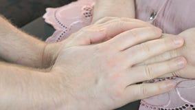 Ο άνδρας κτυπά τα παλαιά ζαρωμένα χέρια γυναικών ` s κλείστε επάνω απόθεμα βίντεο
