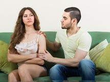 Ο άνδρας προσπαθεί συμφιλιώνει με τη γυναίκα Στοκ Εικόνες