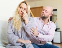 Ο άνδρας προσπαθεί συμφιλιώνει με τη γυναίκα Στοκ εικόνες με δικαίωμα ελεύθερης χρήσης