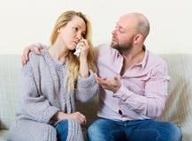 Ο άνδρας προσπαθεί συμφιλιώνει με τη γυναίκα Στοκ Φωτογραφίες