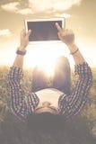 Ο άνδρας σπουδαστής αγγίζει μια ψηφιακή οθόνη ταμπλετών Στοκ Εικόνα