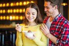Ο άνδρας ταΐζει τη γυναίκα στον καφέ Στοκ Εικόνες