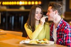 Ο άνδρας ταΐζει τη γυναίκα στον καφέ Στοκ εικόνα με δικαίωμα ελεύθερης χρήσης