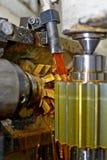 Ο άξονας μετάλλων Καθαρή λαμπρή επιφάνεια, κοπή των αυλακώνω δοντιών πεδίο βάθους ρηχό Κινηματογράφηση σε πρώτο πλάνο του πετρελα Στοκ Εικόνα