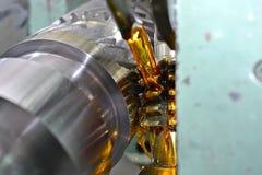 Ο άξονας μετάλλων Καθαρή λαμπρή επιφάνεια, κοπή των αυλακώνω δοντιών πεδίο βάθους ρηχό Κινηματογράφηση σε πρώτο πλάνο του πετρελα Στοκ φωτογραφία με δικαίωμα ελεύθερης χρήσης