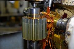Ο άξονας μετάλλων Καθαρή λαμπρή επιφάνεια, κοπή των αυλακώνω δοντιών πεδίο βάθους ρηχό Κινηματογράφηση σε πρώτο πλάνο του πετρελα Στοκ Εικόνες