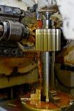 Ο άξονας μετάλλων Καθαρή λαμπρή επιφάνεια, κοπή των αυλακώνω δοντιών πεδίο βάθους ρηχό Κινηματογράφηση σε πρώτο πλάνο του πετρελα Στοκ Φωτογραφία