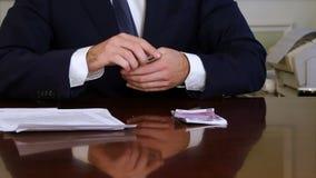 Ο άπληστος επιχειρηματίας παίρνει τα ευρο- πακέτα από την περίπτωση χρημάτων απόθεμα βίντεο