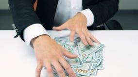 Ο άπληστος unrecognizable επιχειρηματίας δίνει το μέρος αρπαγής των λογαριασμών εκατό δολαρίων απόθεμα βίντεο