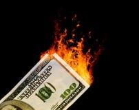 100 δολάριο ΗΠΑ Μπιλ που πιάνει στην πυρκαγιά Στοκ Εικόνες