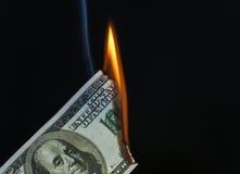 100 δολάριο ΗΠΑ Μπιλ που πιάνει στην πυρκαγιά Στοκ Εικόνα