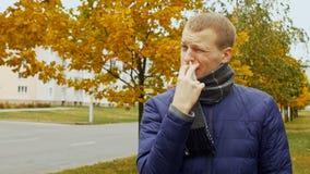 Ο άρρωστος ή άρρωστος άνδρας χρησιμοποιεί τον ιατρικό ρινικό ψεκασμό ενάντια στη βουλομένη runny μύτη ή τη ρινίτιδα λόγω του ιού  φιλμ μικρού μήκους