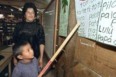 Ο δάσκαλος δίνει την εκπαίδευση στο αγόρι αμερικανών ιθαγενών Στοκ Εικόνες