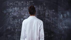 Ο δάσκαλος γυναικών στην άσπρη τήβεννο σκέφτεται για την εξίσωση math εν πλω Λύστε και αποδείξτε το θεώρημα απόθεμα βίντεο