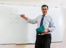 Ο δάσκαλος εξετάζει την τάξη και χαμογελά Στοκ φωτογραφίες με δικαίωμα ελεύθερης χρήσης