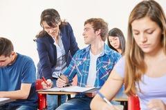 Ο δάσκαλος διορθώνει ένα λάθος στοκ εικόνες με δικαίωμα ελεύθερης χρήσης