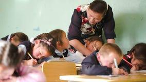 Ο δάσκαλος διδάσκει τα παιδιά για να γράψει απόθεμα βίντεο