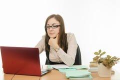 Ο δάσκαλος με τα γυαλιά που λειτουργούν σε ένα lap-top Στοκ Φωτογραφίες