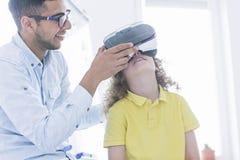 Ο δάσκαλος παρουσιάζει γυαλιά VR Στοκ Εικόνες