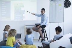 Ο δάσκαλος παρουσιάζει σε ένα διαλογικό whiteboard Στοκ φωτογραφία με δικαίωμα ελεύθερης χρήσης