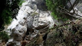 Ο άσπρος απότομος βράχος ανοίγει το δρόμο στη σπηλιά στοκ εικόνα
