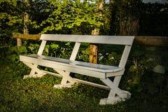Ο άσπρος πάγκος στο πάρκο Στοκ Εικόνες