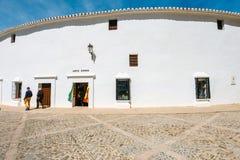 Ο άσπρος τοίχος Plaza de Toros στη Ronda, αρένα ταυρομαχίας στη Ronda είναι ένα από το παλαιότερο και διασημότερο bullfi Στοκ Εικόνα