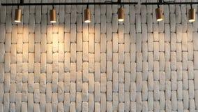 Ο άσπρος τουβλότοιχος είναι με τα φανάρια άνωθεν παλαιό παράθυρο σύστασης λεπτομέρειας ανασκόπησης ξύλινο φιλμ μικρού μήκους
