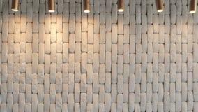 Ο άσπρος τουβλότοιχος είναι με τα φανάρια άνωθεν παλαιό παράθυρο σύστασης λεπτομέρειας ανασκόπησης ξύλινο απόθεμα βίντεο