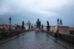 Ο άστεγος ικετεύει για τα χρήματα στη γέφυρα του Charles, Πράγα Στοκ εικόνα με δικαίωμα ελεύθερης χρήσης