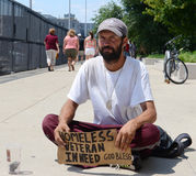 Ο άστεγος παλαίμαχος ικετεύει για τα χρήματα κατευθείαν Στοκ εικόνα με δικαίωμα ελεύθερης χρήσης