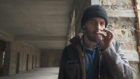 Ο άστεγος φαίνεται κεκλεισμένων των θυρών και καπνίζει το τσιγάρο απόθεμα βίντεο